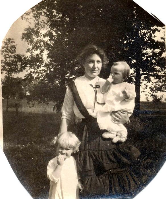 L-R: Helen Duncan, Albie Irene Oakland Duncan, Harriet Duncan.  1916